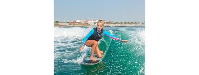 Анна позира на сърфа