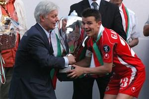 Валентин Михов връчва на капитана на ЦСКА Гъргоров трофея за победител в турнира за купата на България през 2006 г.
