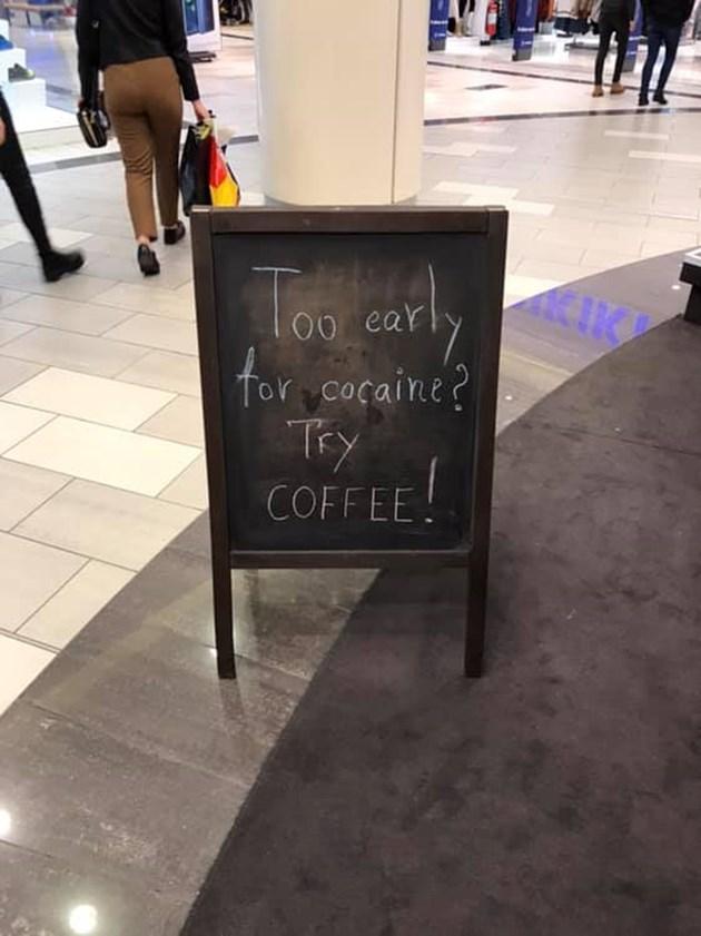 Кафене с провокартивна реклама привлича клиенти