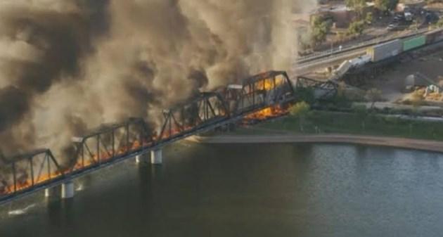 Товарен влак падна от мост в Аризона (Снимки и видео)