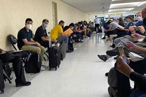 Обичайна гледка за всеки коридор от летищата в Токио - хора, чакащи одобрение от японските власти да влязат в страната по време на олимпийските игри.