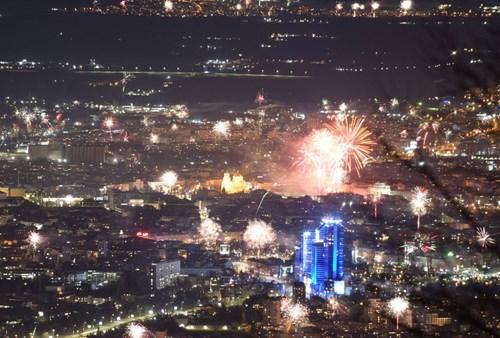 Честита Нова 2021 година! Да се прегърнем отново! (видео)