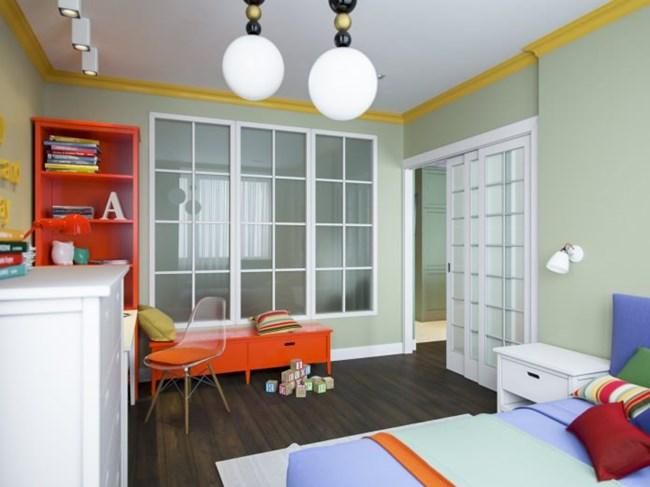 Детската е разделена от спалнята на родителите с матирано стъкло, през което там навлиза малко естествена светлина