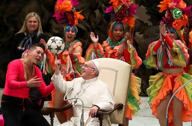 Папа Франциск жонглира с топка