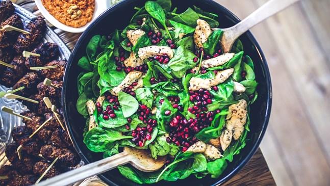Свежа салата с пилешко, бейби спанак и нар