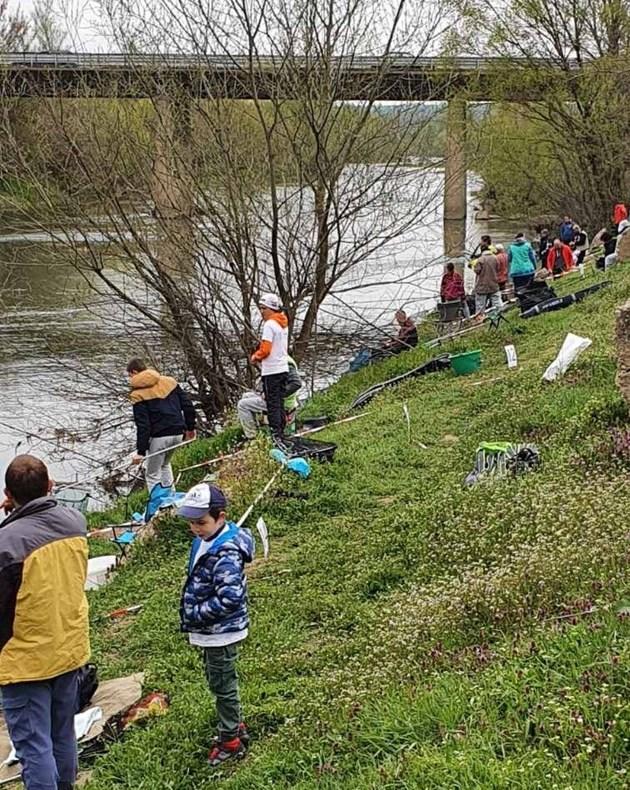 Мътните води затрудниха децата