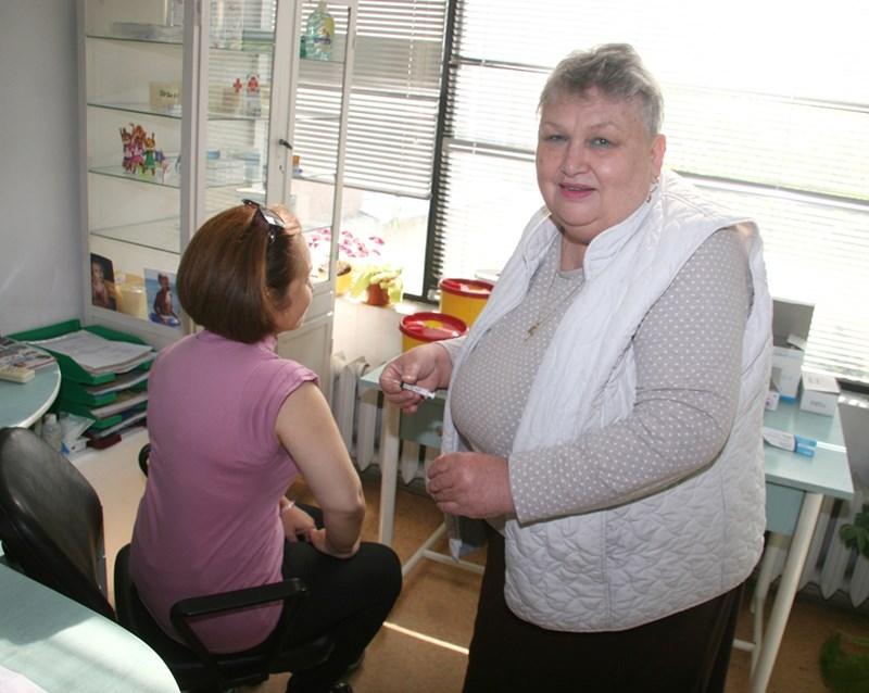 6f038d7f0eb Д-р Петринка Крачанова от здравната инспекция в Пловдив поставя поредната  ваксина срещу грип