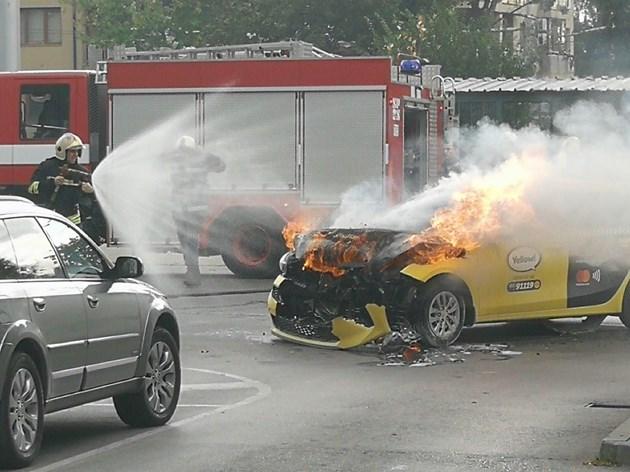 """Такси и трамвай се удариха на кръстовището на бул. """"Черни връх"""""""