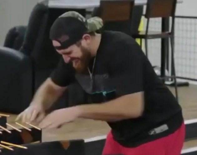 Рекордьор на Гинес счупи 98 молива за една минута (Видео)