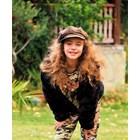 11-годишната Дебора играе с Шварценегер