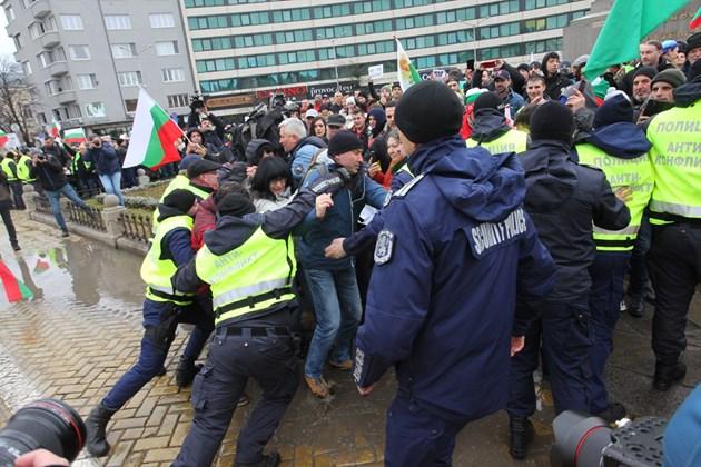 ФОТОГАЛЕРИЯ - Протести блокираха центъра на София