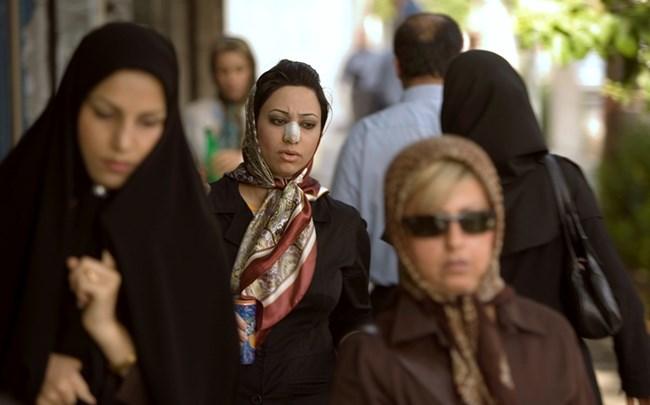 Някои ирански жени си слагат лепенки на носа, дори без да са били оперирани.
