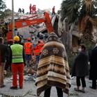 Снимки от разрушенията и спасителните операции в Измир (Галерия)