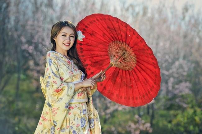 В Япония и Южна Корея жените често използват избелващи кремове, което прави козметиката една от най-големите индустрии в Азия.