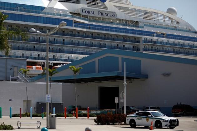 Круизен кораб с двама починали от COVID-19 пътници акостира в Маями