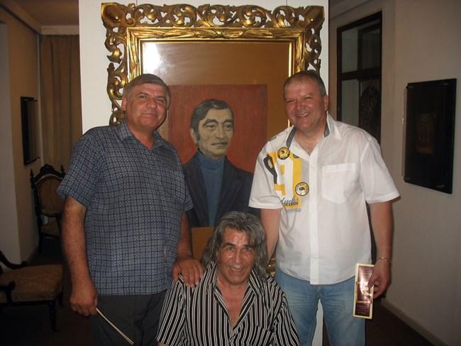 Имитаторите  и Венци Мартинов са пред портрет на Парцалев.