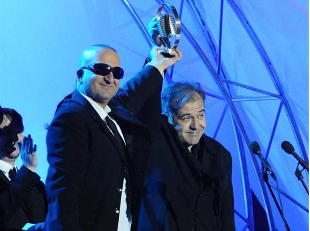 Дони и Момчил с наградата за вдъхновители