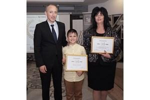 """През 2019 г. Йордан бе приет в Клуба на отличниците на """"24 часа"""". На снимката е с министър Красимир Вълчев и директорката на училището в Пирдоп Евдокия Бонева."""