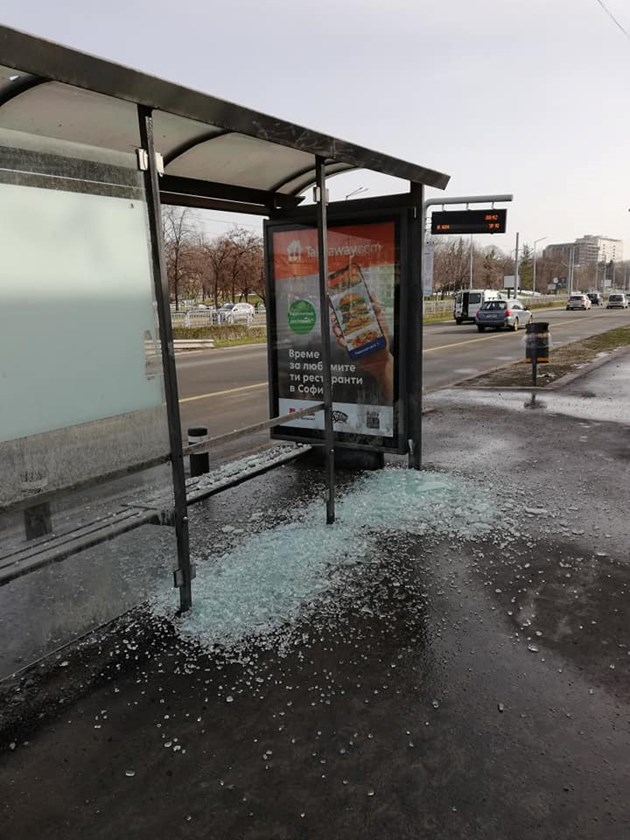 Вандали потрошиха спирка в София