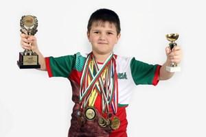 Йордан Стоянов позира с медалите и купите си още като второкласник.