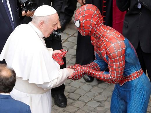 Папа Франциск се ръкува със Спайдърмен и получи подарък