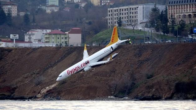 Самолет излезе от пистата при кацане на турско летище, едва не падна в морето (Видео, снимки)