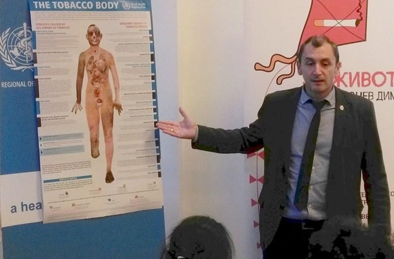 Доц. Михаил Околийски от СЗО показва постер, с който организацията онагледява как изглежда тялото на дългогодишния пушач отвътре.