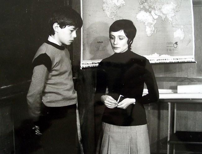 Кадър от сериала с класната ръководителка Микренска (Албена Казакова)