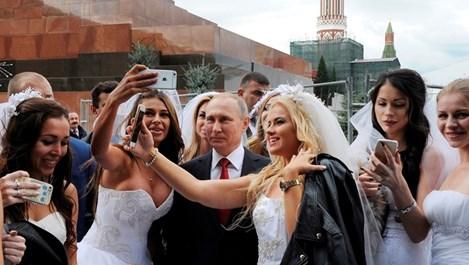 Булки си направиха селфи с Путин на Червения площад