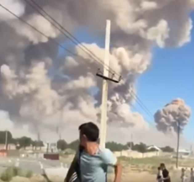 45-хиляден град в Казахстан е евакуиран след пожар в склад за боеприпаси (Видео)