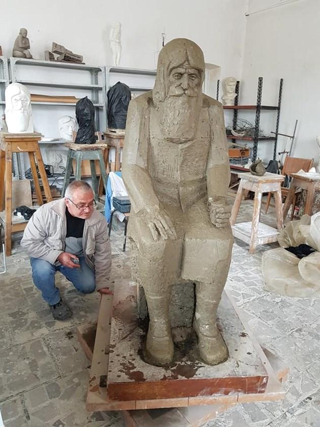 Паметникът на Дядо Добри ще събира дарения, средствата отиват за храмове