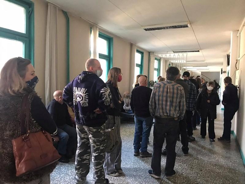 Англичани се редят на опашка пред ваксинационния кабинет в областната болница на Велико Търново.