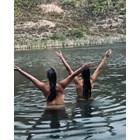 Бившата на Снайдер се къпе гола с жена