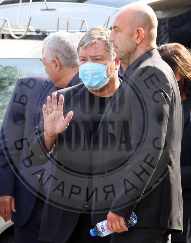 Маджо с маска на погребението на Любен Гоцев (фоторепортаж)