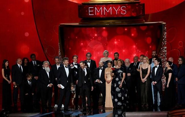 """Изпълнителният продуцент Дейвид Бениоф и Ди Би Уайс приемат наградата """"Еми"""" за най-добър драматичен сериал Снимки: Ройтерс"""