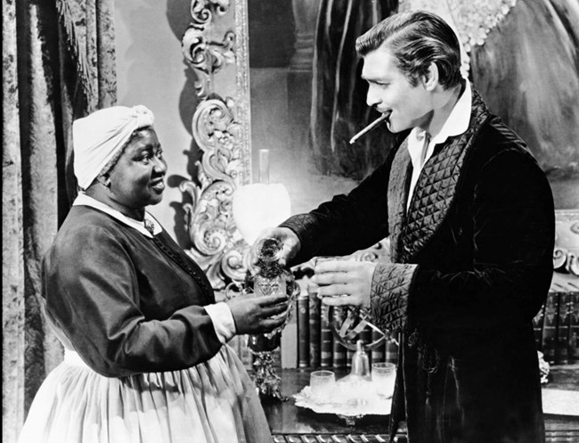 """Хати и Кларк Гейбъл като Мами и Рет Бътлър в сцена от """"Отнесени от вихъра"""". Краля на Холивуд - Кларк Гейбъл, е приятелят, който се застъпва винаги за Хати, а думата му е по-тежка и от тази на президентшата."""