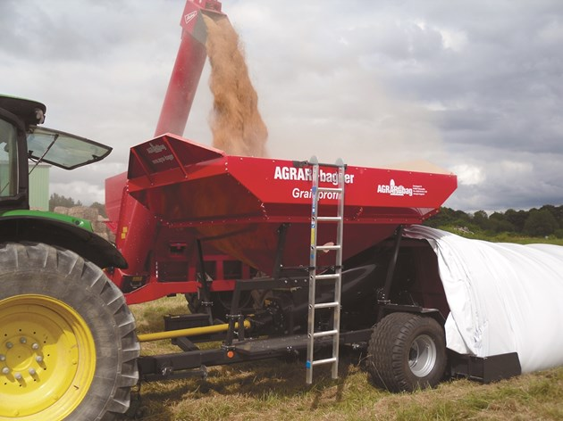 Директно на полето машината пълни чувала с ново зърно