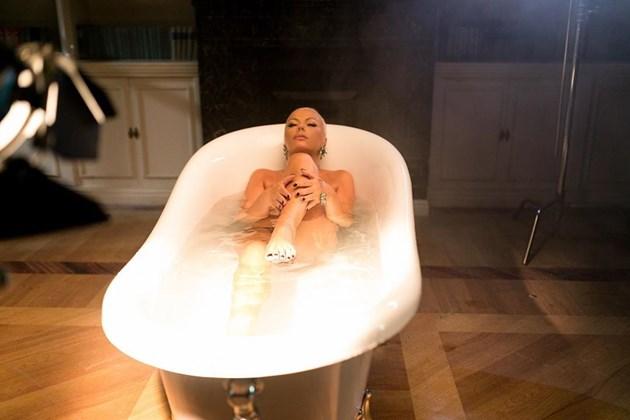 Камелия гола във ваната