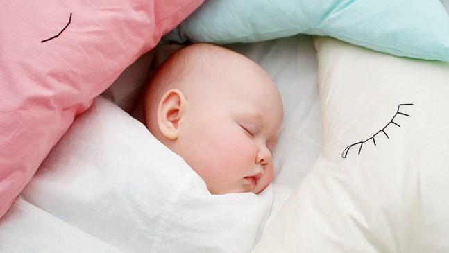 Как да изберем първата възглавница и матрак за бебето?