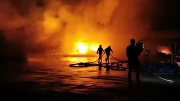 Щандове и автомобили горят на борсата в село Кърналово (Видео)