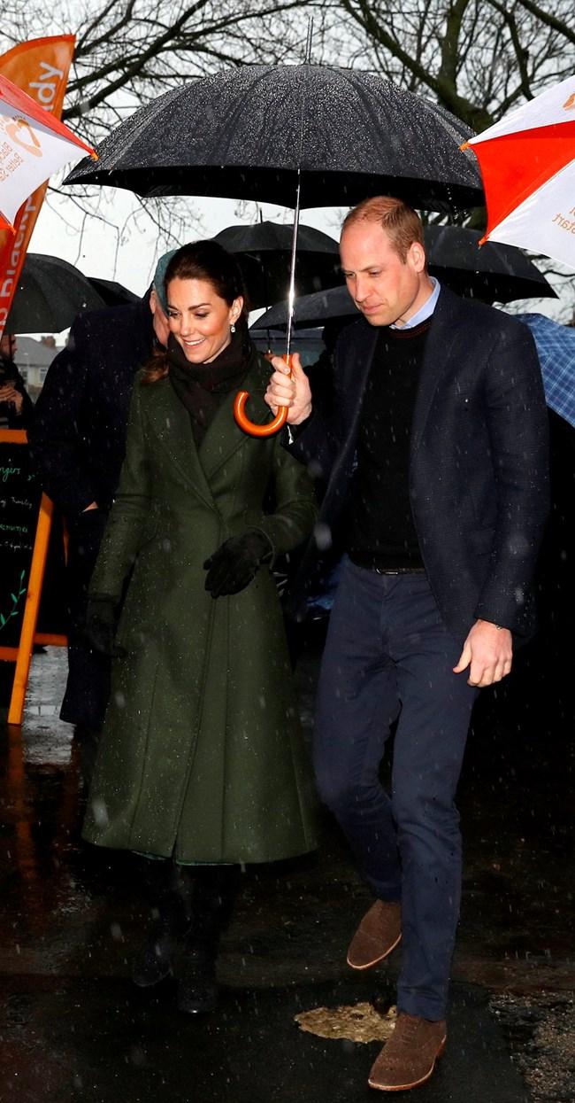 Принц Уилям и съпругата му Кейт се борят с дъжда в Блакпул