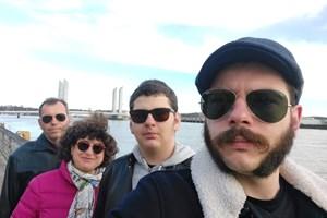 Семейството по Коледа на 2020-а - на преден план Александър, зад него Борис, после майка им и баща им