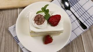 Бисквитена торта с бита сметана и плодове