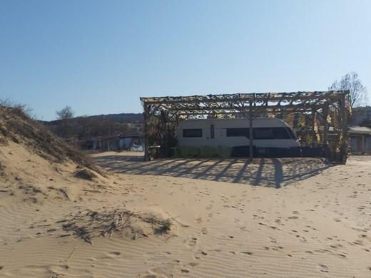 """Докато пак разследват кой заравни 100-годишната дюна на """"Смокиня"""", баровецът с караваната готов за сезона (Снимки)"""