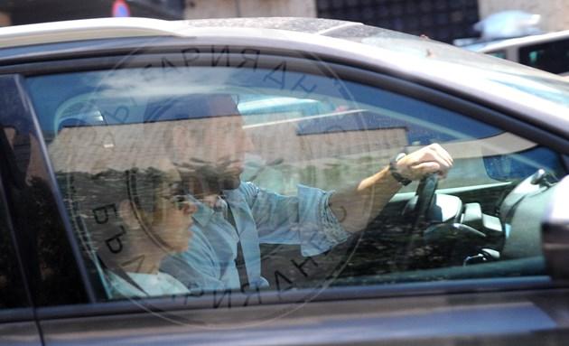 Актьорите разговарят в колата