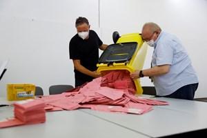 Подготвят за броене стотици бюлетини, пуснати по пощата.