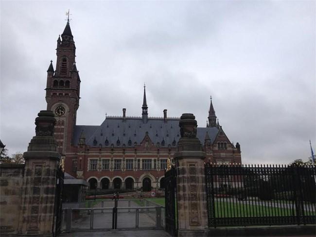 Това е Дворецът на мира (Пийс палас на англ.), който отваря врати през 1913 г. Тук е седалището на Постоянния арбитражен съд, на Международния съд на обединените нации и на Хагската академия по международно право.