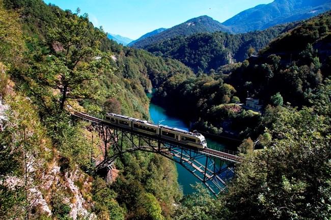 Историческата железница свързва област Пиемонт с Локарно в Швейцария.
