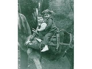 Калин Вельов публикува детска снимка със сестра си