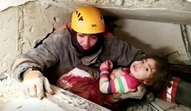 Майка и новородено са спасени от руините в Турция, както и момиче на 5
